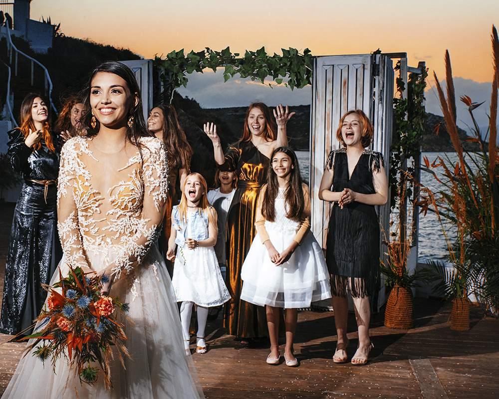 Невеста бросает букет своим подружкам