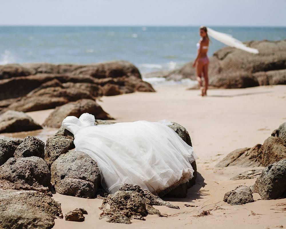 Невеста на пляже после церемонии