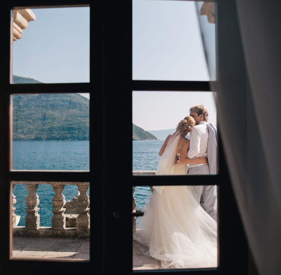 Жених и невеста у римского фонтана